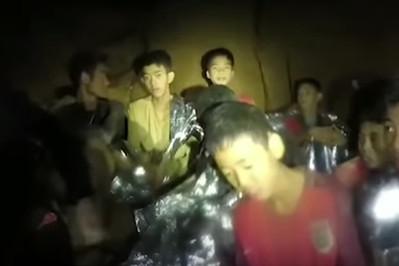 Pomagają im trener i medytacja: chłopcy wychodzący z tajlandzkiej jaskini w niezłej formie