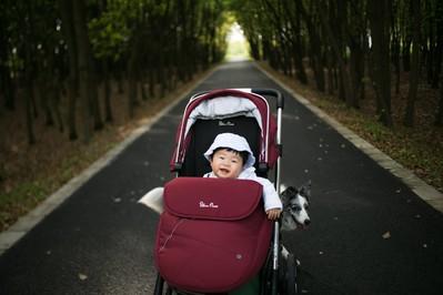 Spacerówka na wyjazd: co musi mieć wózek niemowlaka turysty?