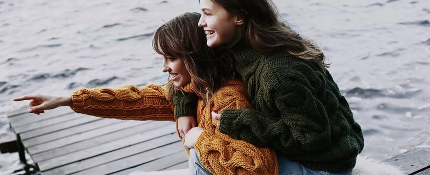 Sweter — zimowy towarzysz kobiety